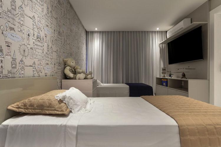 Quarto dos netos, duas camas ladoa lado e um papel de parede na parede de fundo com tema de cidaes, pontos turisticos