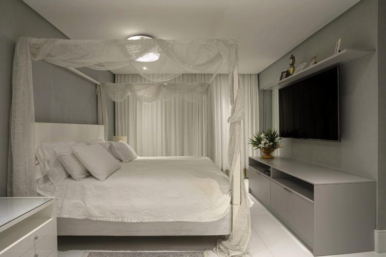 Cobertura em Salvador, quarto de casal com cama branca com dossel e voal branco.
