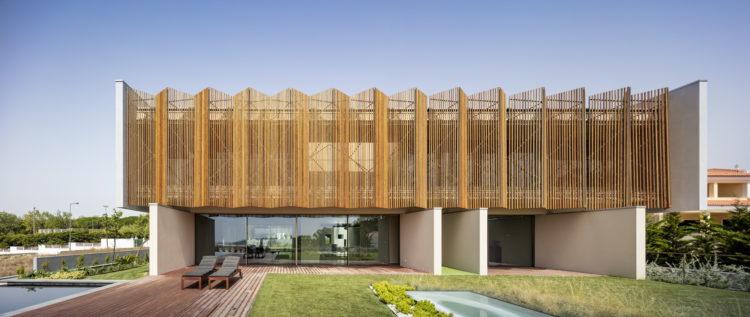 madeira natural na fachada da casa, em ripas e com desenho na diagonal