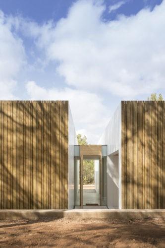 Fachada da casa revestida com madeira natural