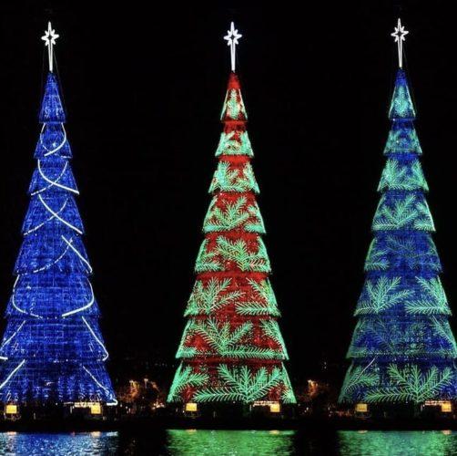 Árvore de Natal na Lagoa, no Rio de Janeiro. No meio da Lagoa Rodrigo de freitas, com desenhos de luz