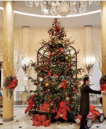 Árvore na Natal do Rockefeller Center, em Nova York. No meio do Hall do hotel enfeitada com ursos vermelhos e luzes