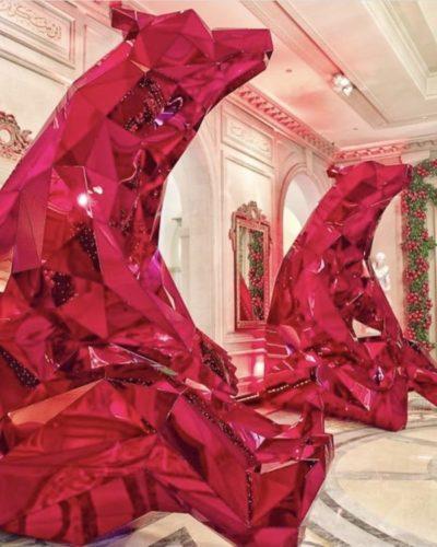 Decoração de Natal no Four Seasons Hotel George V Paris, assinada pelo decorador americano Jeff Leatham. Dois Ursos em fibra de vidro na cor vermelha decoram o hall do hotel
