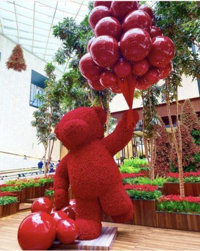 Decoração de Natal no Shopping Iguatemi em São Paulo, assinada pelo decorador americano Jeff Leatham. No meio do shopping um urso feito de rosas vermelhos segurando balões vermelhos