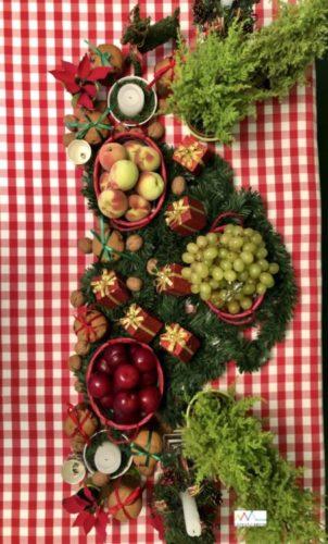 Mesa de Natal, com toalha xadrez branco e vermelho, cestos com frutas