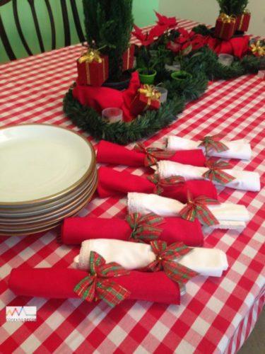Mesa de Natal com toalha xadrez branco e vermelho , guardanapos com laços