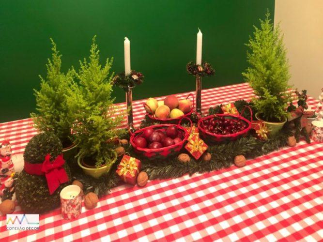 Mesa de Natal, toalha xadrex de branco e vermelho, decorada com cestos e frutas