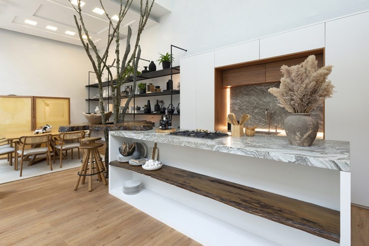 Ambientes abordam o novo morar no Janelas CASACOR /SC. Cozinha chic e moderna de mostra