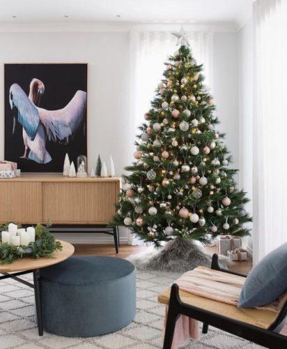 Prontos para decorar casa para o Natal? Arvore de Natl grande, no canta da sala, decorada com bolas brancas.