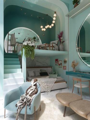 Espeço todo pintado de verde menta, uma cama embutida embaixo do mezanino