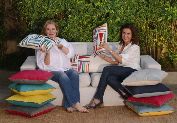 Celina Mello Franco e Sttella Abinader sentadas no sofá branco.