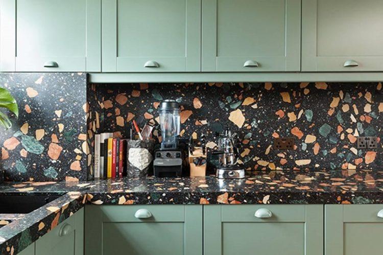Cozinha com backsplash em granilite com fundo preto e granulos grandes