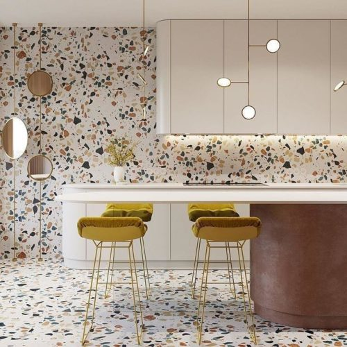 Piso e parede revestido de porcelano com fundo branco e stampa maxi granilite . Armarios brancos e bancos altos em amarelo