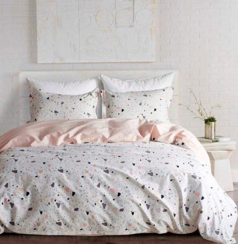 lençol de cama com fundo clara e estampa garnilite