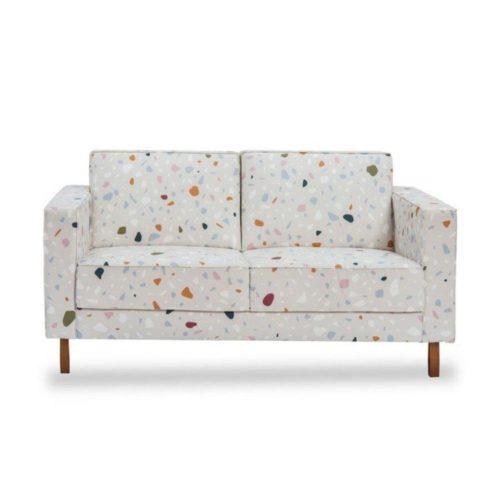 sofá com fundo claro e estampa Granilite