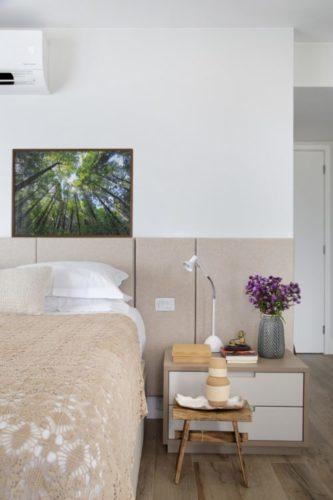 Cabeciera da cama em meia parede com tecido rosa e parede branca em cima