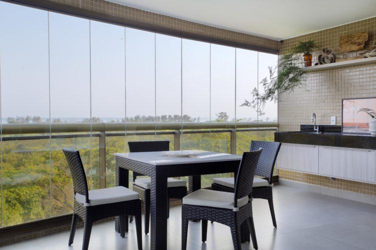 Apartamento na Barra de 288m2 com vista deslumbrante para a lagoa de marapendi, varanda fechada com cortina de vidro e mesa quadrado em vime