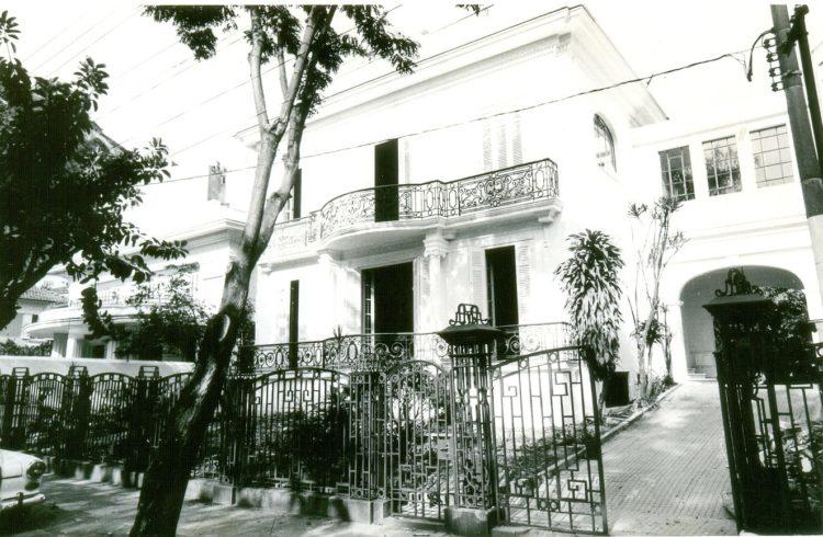 1991 - A casa em estilo eclético francês na Urca que sediou a primeira Casa Cor Rio. Foto em preto e branco da fachada