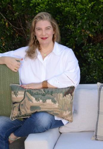 Celina Mello Franco sentada no sofá.