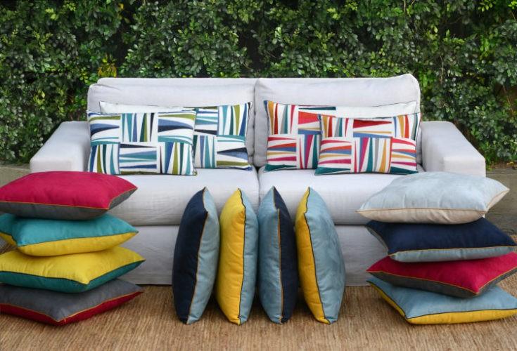Coleção-cápsula de almofadas Conexão Décor + SttilloRio. Almofadas coloridas no sofá branco