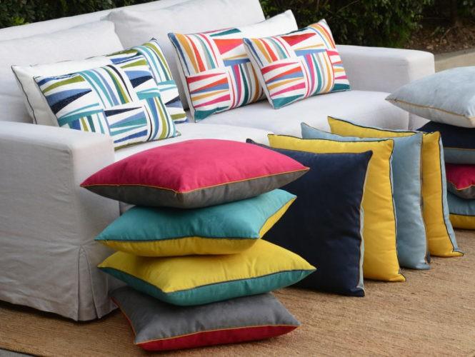 Almofadas da coleção Conexão Décor collab com a loja Sttillo Rio. Almofadas lisas coloridas , cada lado de uma cor, almofadas brancas com aplicação de bordados coloriodos