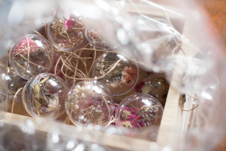 Globos de cristal com flores secas para pendurar na arvore de natal