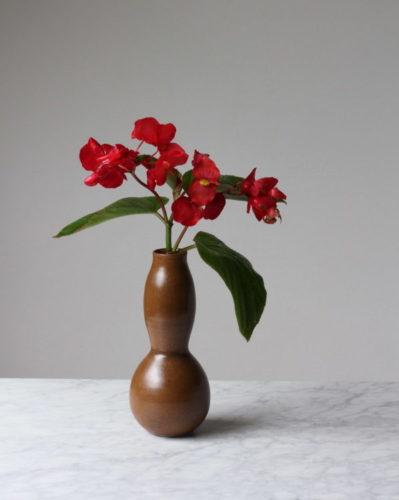 Presente de Natal, vaso do ceramista Gilberto Paim. Vaso em ceramica marrom com dois gomos e flor dentro