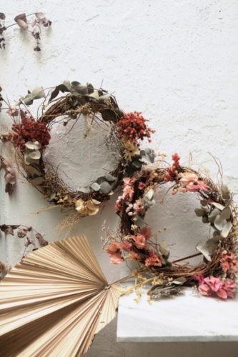 Listas de Natal. Guirlandas com folhas e flores secas
