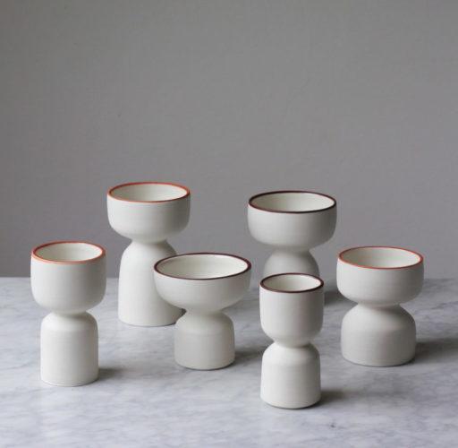 Lista de presente, ceramicas de Elizabeth Fonseca. Potes brancos com bordas marron em diversas alturas