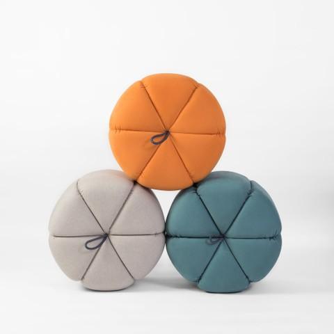 Puffs redondos coloridos, com gomos, design Fernando Jaeger
