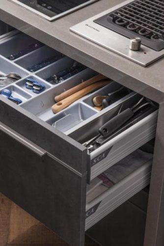 Gaveta de cozinha com separador para talheres.
