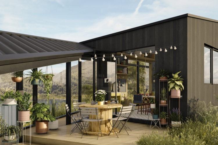 Casa na Toca - mostra virtual a partir de uma casa real na Patagônia Chilena. Imagem em 3d de um terraço com luzinhas penduradas , mesa redonda feita de carretel e vasos de palntas