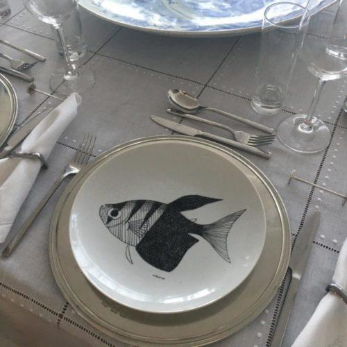 Prato redondo em porcelana branca com peixe preto no centro pintado a mão