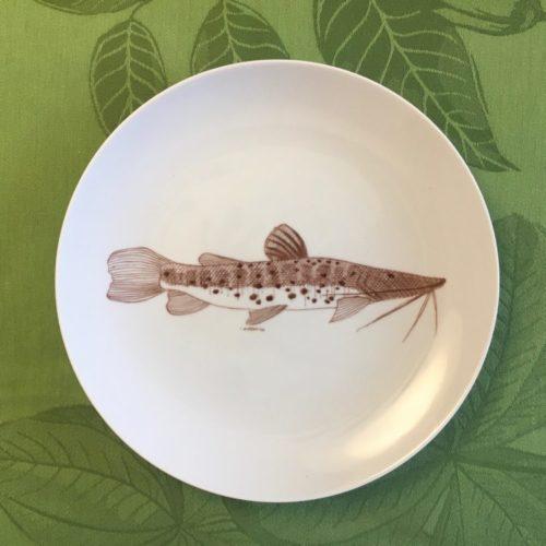 Prato Raso redondo em porcelana branca com peixe no centro marron pintado a mão.