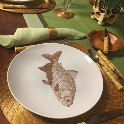 Prato raso com peixe pintado a mão no centro