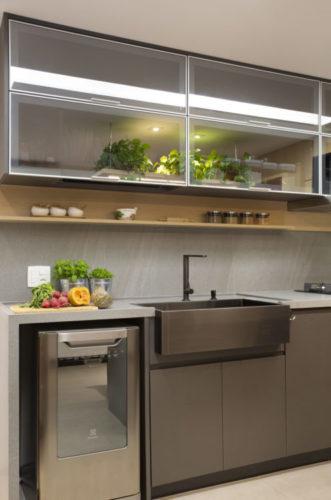 Cozinha com armarios, cuba e bancada cinza