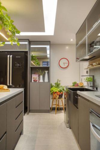 Cozinha com planta corredor, armarios e bancada cinza