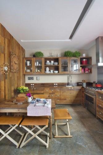 Cozinha com todos os armarios em madeira e piso em limestone