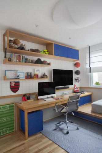 Bancada de estudos do quarto do menino, com nichos azuis