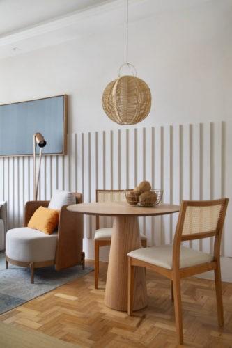 Projeto de decoração low cost, mesa redonda em madeira, pendente em palha em cima