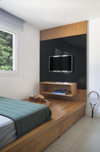 Painel em madeira para tv com nicho embaixo e uma larga parte em lacca preta