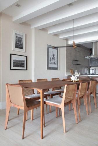 Mesa em madeira, cadeiras em madeira e palhinha assinadas pelo designer Jader Almeida