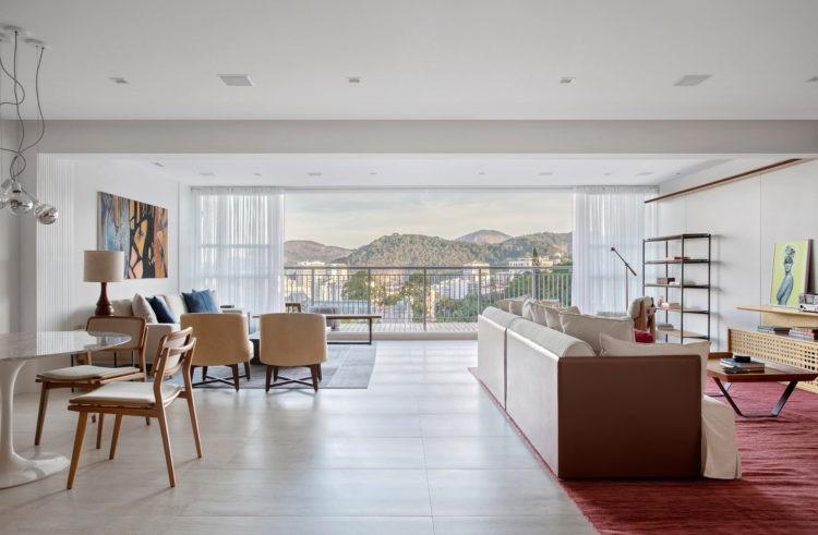 Apartamento de 210m² no Parque Guinle, com vista para o Cristo Redentor. Sala ampla e clara com portas de correr para a varanda com vista linda