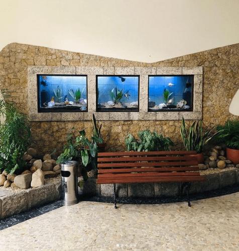 Portaria de um predio em Copacabana com aquarios na parede