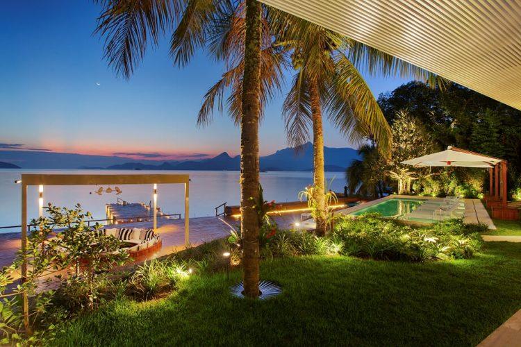 Em Angra, a mais perfeita tradução do paraíso. Por do sol visto da varanda da casa, gramado com palmeiras