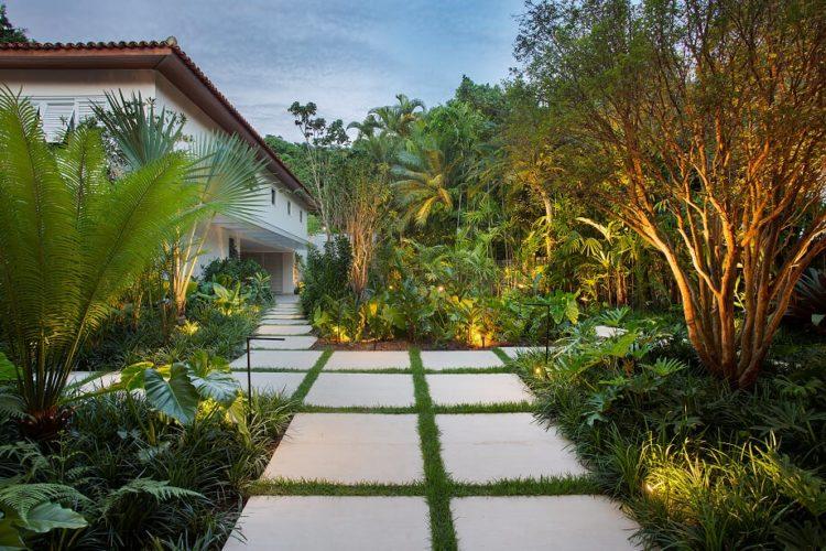 Entrada de uma casa com paisagismo tropical