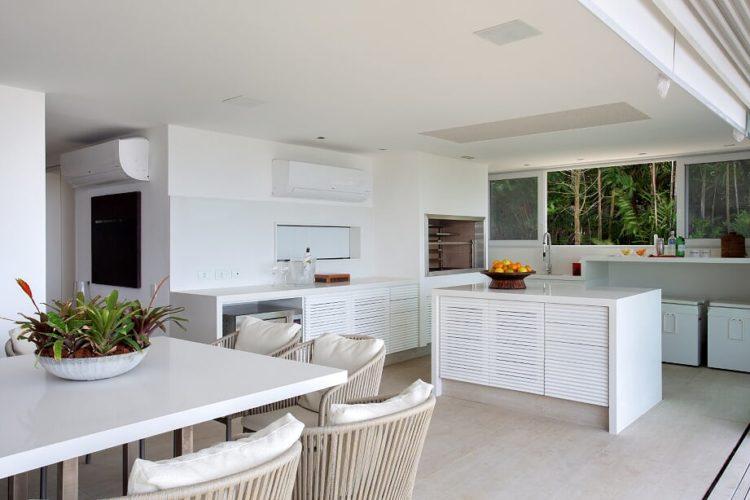 Copa cozinha integrada a sala aberta para o gramado