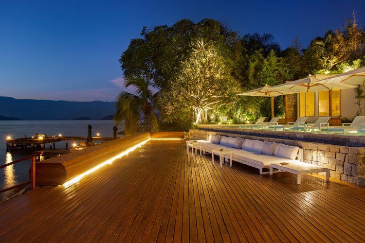 Em Angra, a mais perfeita tradução do paraíso. Grande deck em madeira de frente para o mar