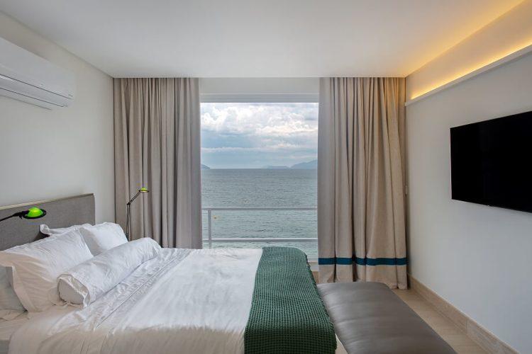 Quarto com sacada e uma vista para o mar maravilhosa