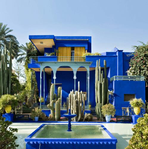 Fundação Jardim Majorelle,no Marrocos. Casa pinada de azul e uma fonte em frente